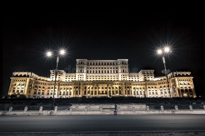 Natten avbildar av slotten av parlamentet arkivbild