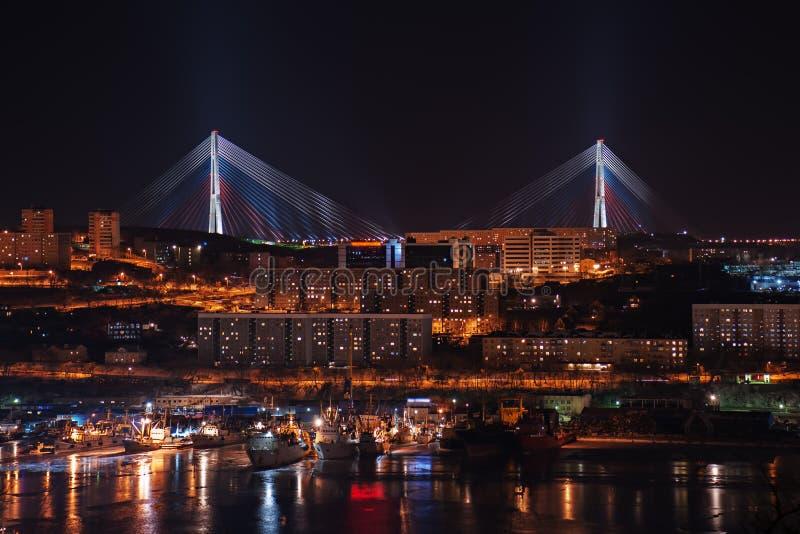 Natten beskådar av som kabel-blis longest, överbryggar i världen arkivfoto