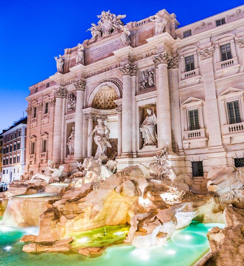 Natten beskådar av Trevi-springbrunnen i Rome, Italien fotografering för bildbyråer