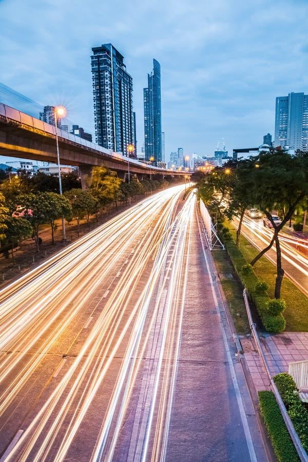 Natten faller huvudvägen i bangkok royaltyfri fotografi