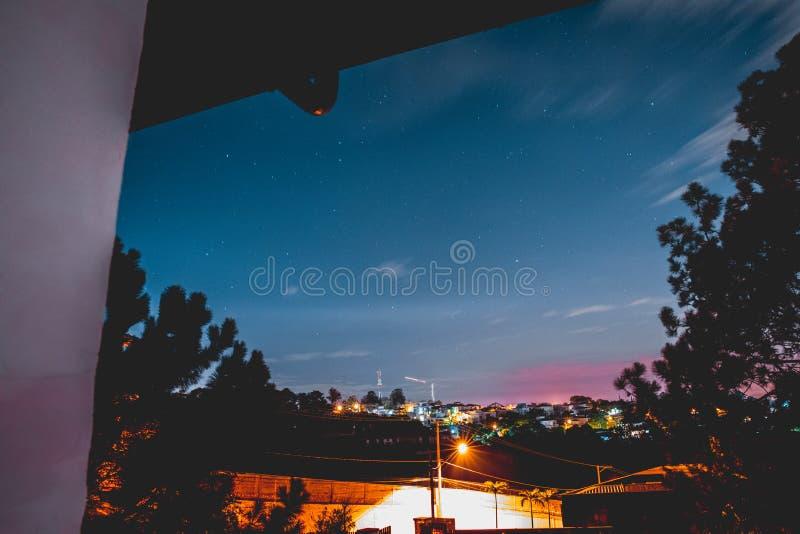 Natten med något fördunklar och staden arkivfoto