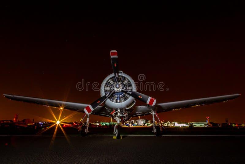 Natten sköt av flygplan för motorn för USA-flygvapen ömsesidigt arkivfoto