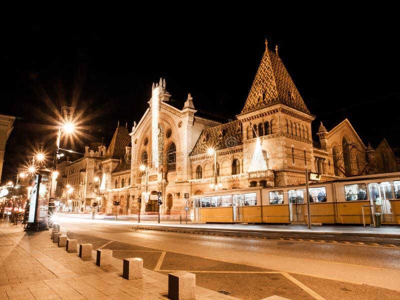 Natten sköt av historisk byggnad av den centrala saluhallen i Budapest, Ungern arkivbilder
