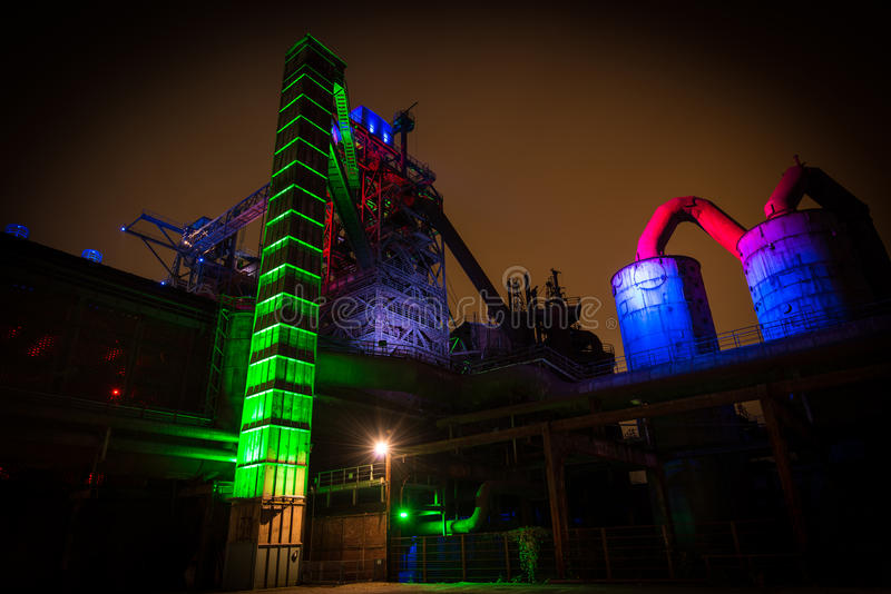 Natten skjutas av Landschaftspark Nord, fördärvar gammalt upplyst industriellt, i Duisburg, Tyskland fotografering för bildbyråer
