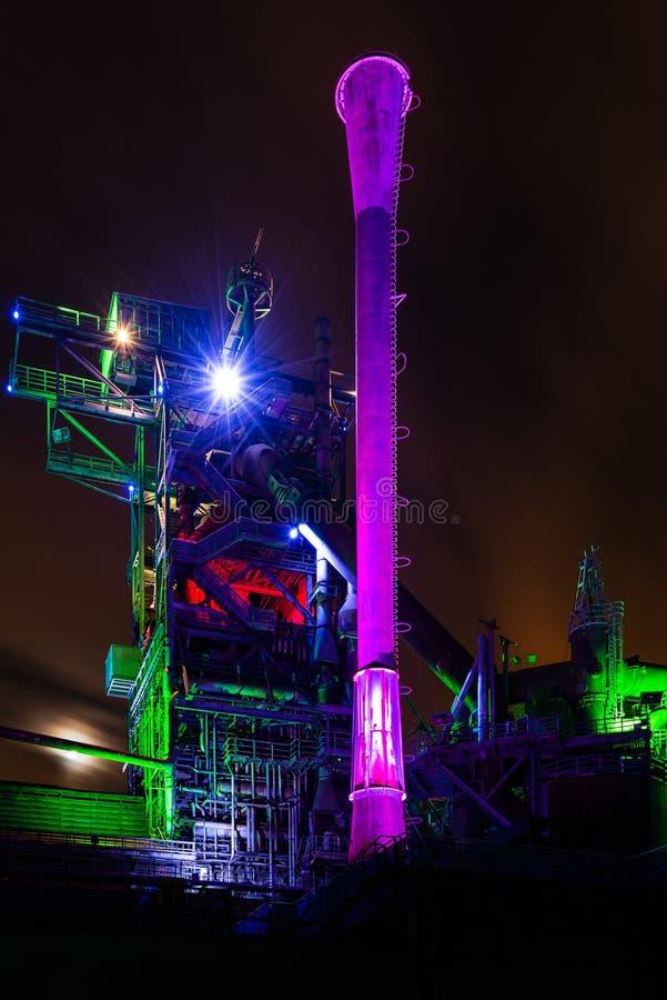 Natten skjutas av Landschaftspark Nord, fördärvar gammalt upplyst industriellt, i Duisburg, Tyskland royaltyfri bild