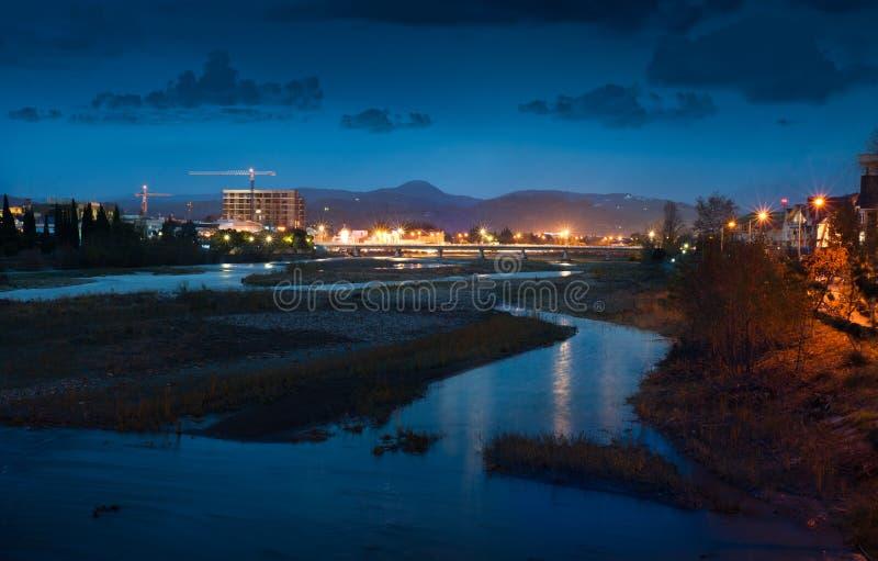 Natten tänder av staden royaltyfri bild