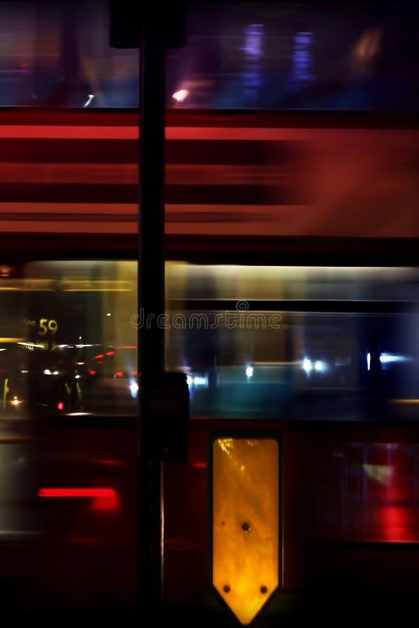 Natten trafikerar i staden arkivfoto
