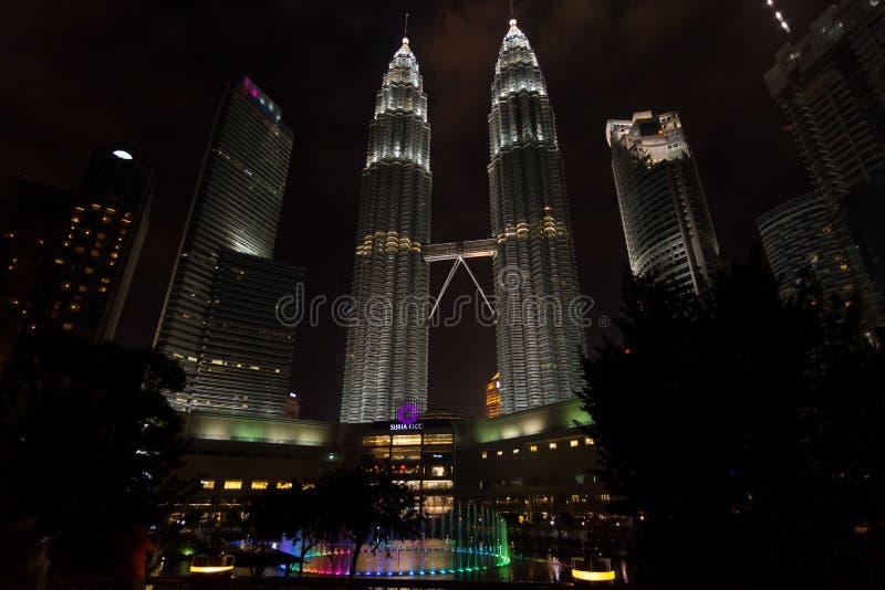 Nattetid för låg vinkel sköt av de Petronas tvillingbröderna, Kuala Lum royaltyfria bilder