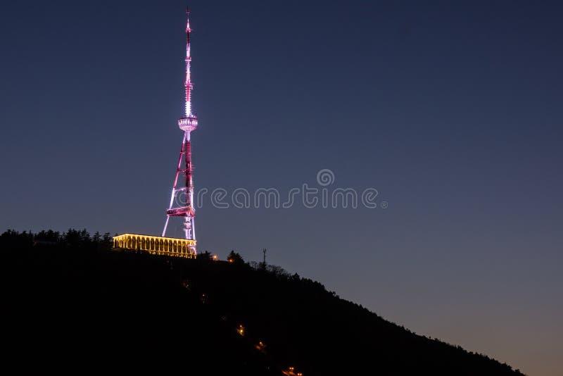 Nattetid i torn för tv för tblisistadspanorama royaltyfri bild