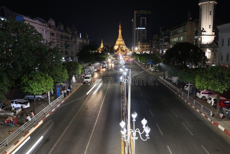 Nattetid och hastighet av ljus på den guld- oktogon av den Sule pagoden som lokaliseras i hjärtan av i stadens centrum Yangon med arkivbilder