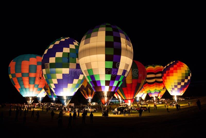 Nattetid på en festival för ballong för varm luft royaltyfria foton