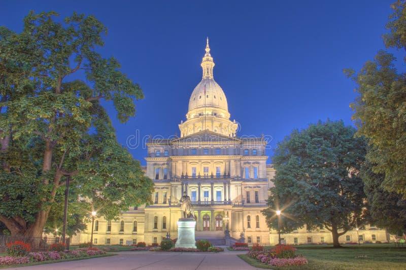 Nattetidbild av huvudbyggnaden i Lansing Michigan royaltyfri bild