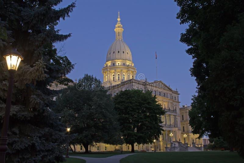 Nattetidbild av huvudbyggnaden i Lansing Michigan fotografering för bildbyråer