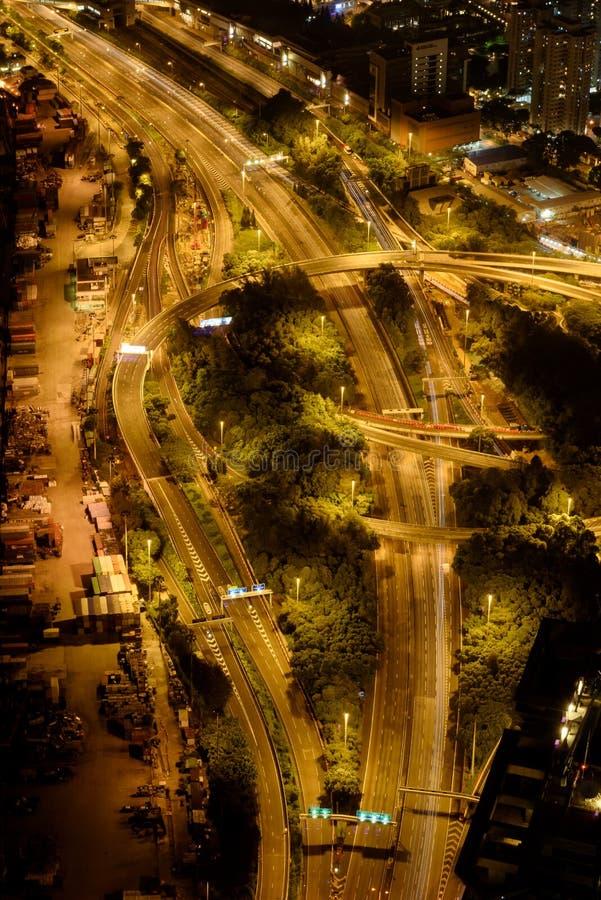 Nattetidsikt av en tom huvudväg i Hong Kong arkivfoton