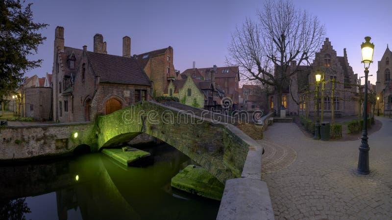 Nattetidskott av den Bonifacius bron i Bruges, Belgien royaltyfri foto
