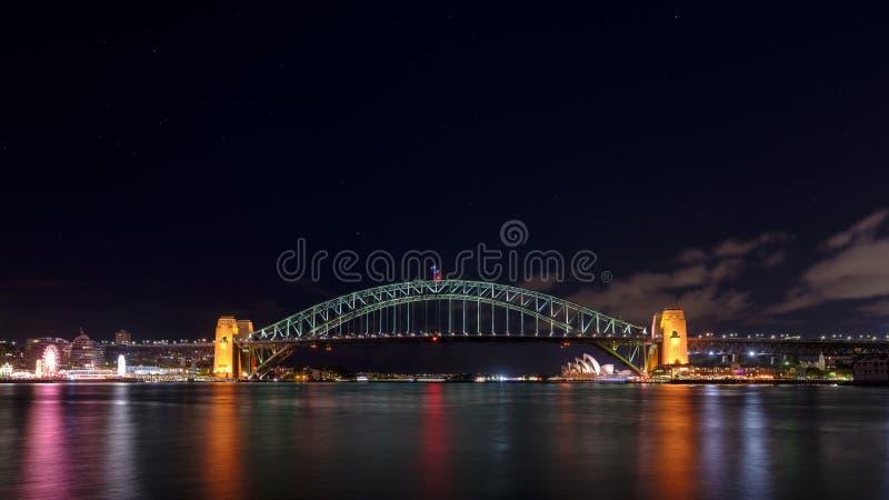 Nattetidskott av Sydney Harbour Bridge och operahuset från Milsons punkt, NSW, Australien arkivbild