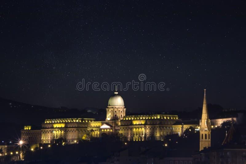 Nattfoto av Buda Castle, Budapest, Ungern i solig dag med bakgrund för blå himmel arkivfoton