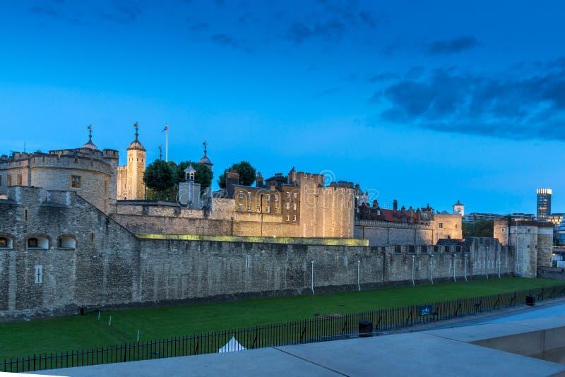 Nattfoto av det historiska tornet av London, England, Storbritannien royaltyfri foto