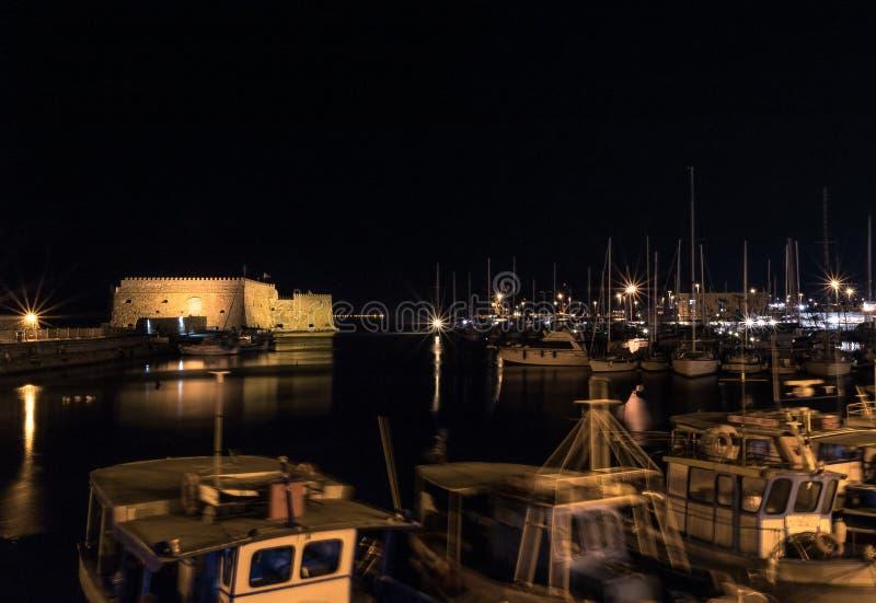 Nattfoto av fästningen för koules för gammal port för heraklion stad vid natten som tänds upp exponering long royaltyfri bild