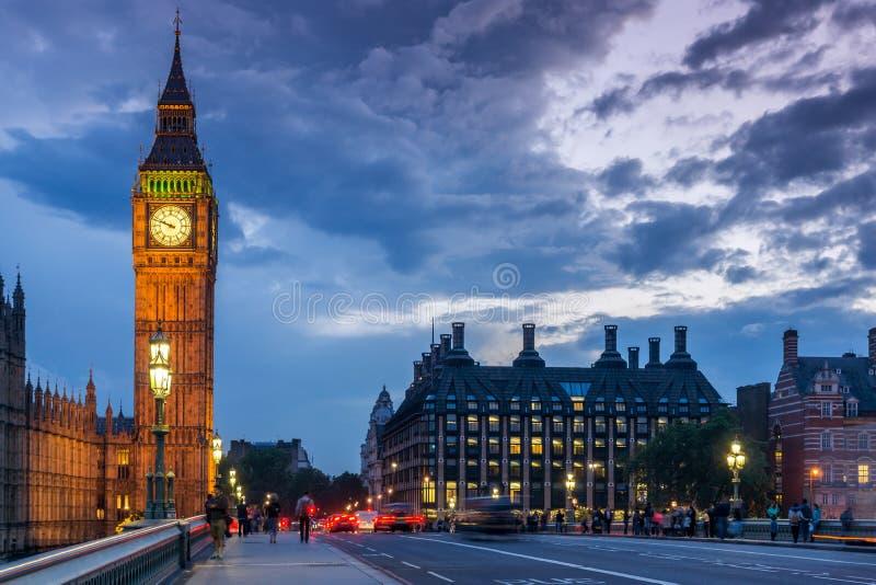 Nattfoto av hus av parlamentet med Big Ben från den Westminster bron, London, England, stort B royaltyfria foton