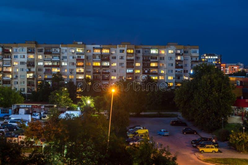 Nattfoto av typisk bostads- byggnad från den kommunistiska perioden i stad av Plovdiv, Bulg royaltyfri fotografi