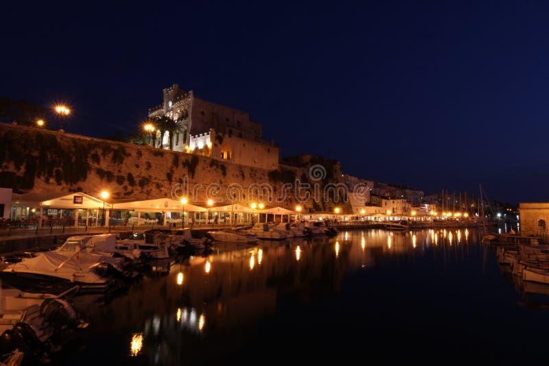 Nattfoto på Ciudadela de Menorca arkivfoto
