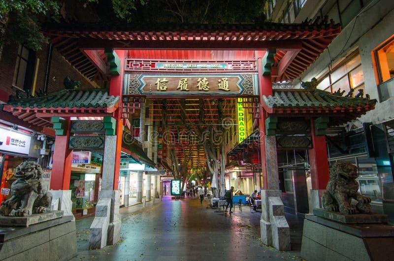 Nattfotografi av kineskvarternyckeln, lokaliseras det i Haymarket i den sydliga delen av området Sydney för den centrala affären arkivfoton