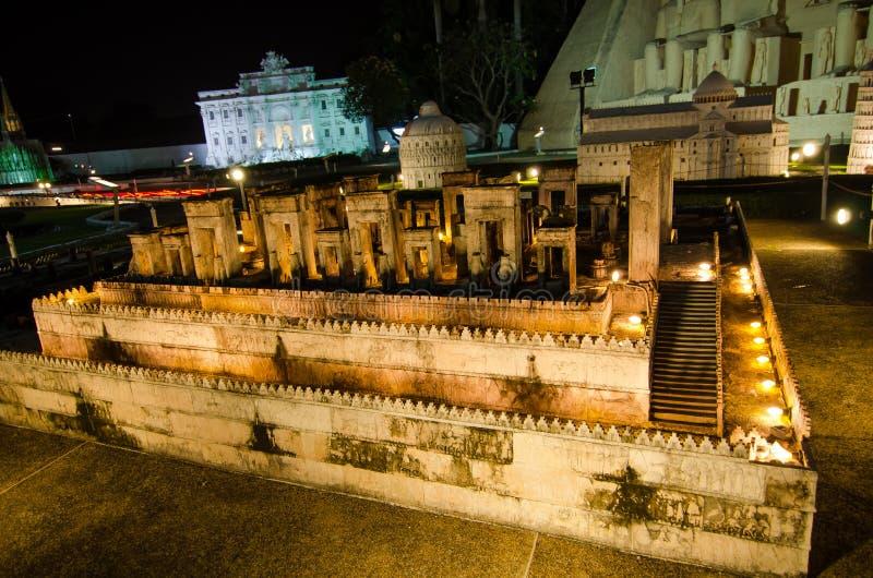 Nattfotografi av Persepolisen Iran på miniatyren parkerar är ett öppet utrymme som visar miniatyrbyggnader och modeller arkivfoton