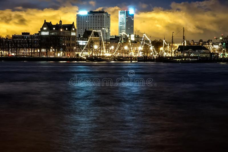 NattfotoMaas kanal Rotterdam arkivfoto