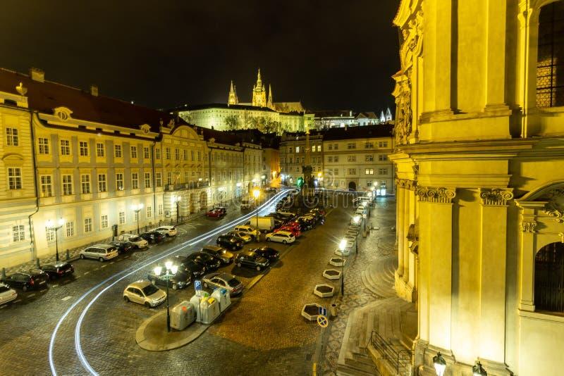 Nattfotopraga som bygger trevlig sikt för gammalt stadhistorielopp arkivbilder