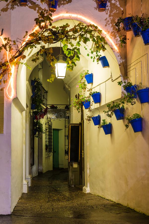 Nattgata i Poble Espanyol, Barcelona, Spanien royaltyfri fotografi