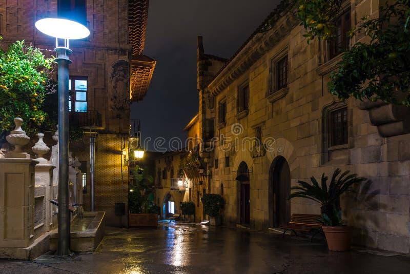 Nattgata i Poble Espanyol, Barcelona, Spanien arkivfoto