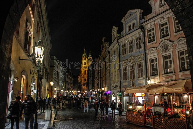 nattgatan av Prague på helgdagsaftonen av det nya året Gotisk arkitektur, kyrka och hus arkivbilder