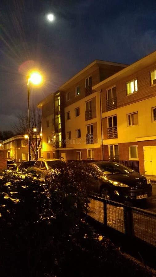 Nattgator av den london månen och nightlight royaltyfri fotografi