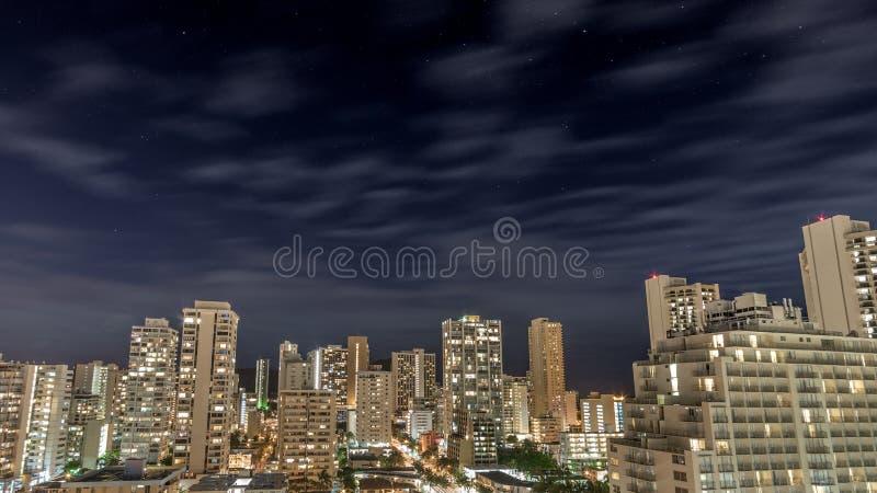 Natthimmel över den i stadens centrum Waikiki stranden arkivbild