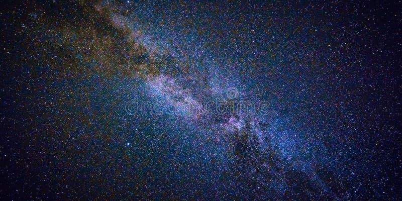 Natthimmel med lotten av skinande stjärnor, naturlig bakgrund för astrorengöringsdukbaner royaltyfria foton