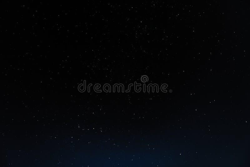 Natthimmel med stjärnor och galax i yttre rymd, universumbakgrund arkivfoto