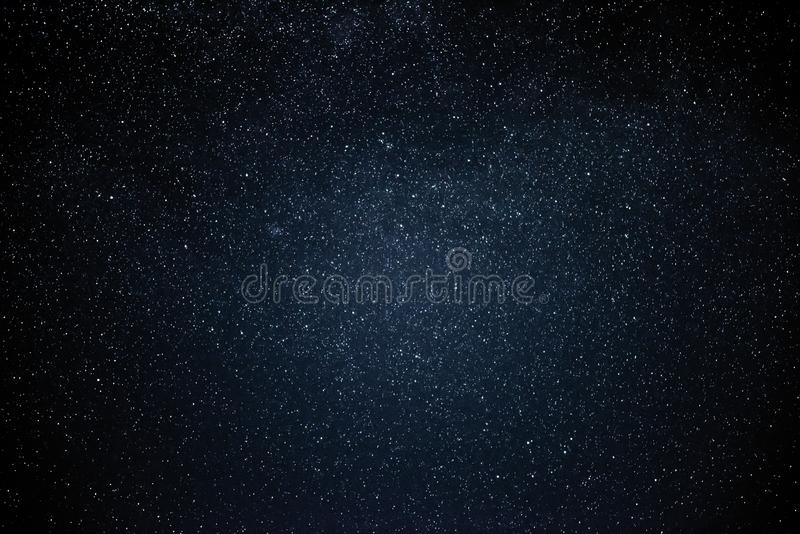 Natthimmel med stjärnor och galax i yttre rymd, universumbakgrund arkivbild