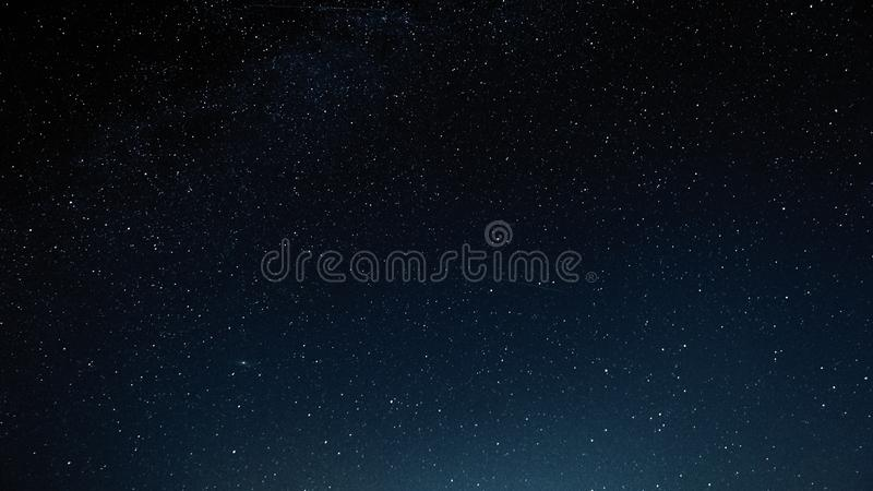 Natthimmel med stjärnor och galax i yttre rymd, universumbakgrund arkivbilder