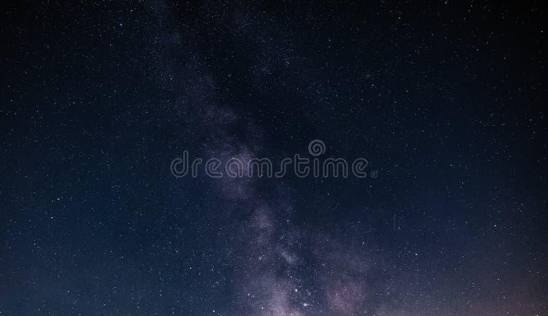 Natthimmel med stjärnor och galax i yttre rymd, universumbakgrund royaltyfria bilder