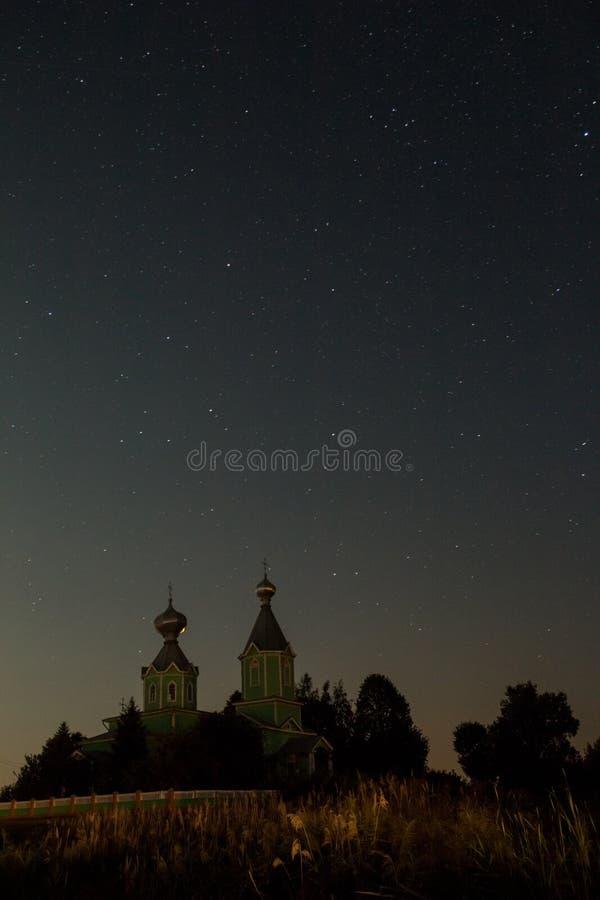 Natthimmel med stjärnor ovanför templet arkivbild