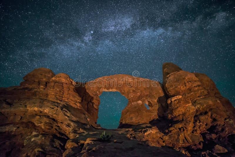 Natthimmel, Milkyway galax, tornbåge royaltyfri fotografi