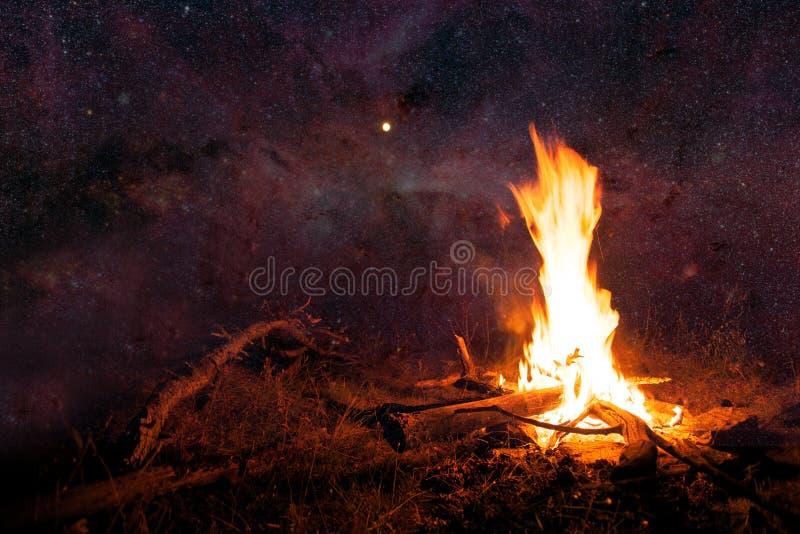 Natthimmel och lägerbrand arkivfoto