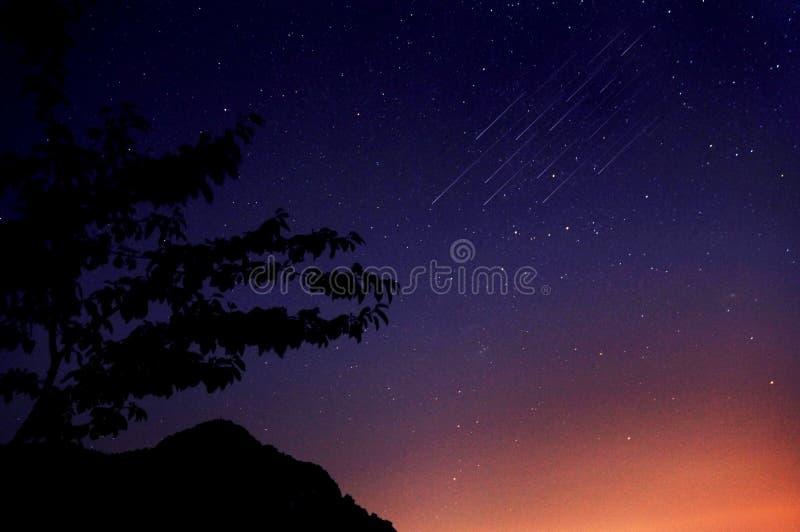 Natthimmel och meteor royaltyfri fotografi