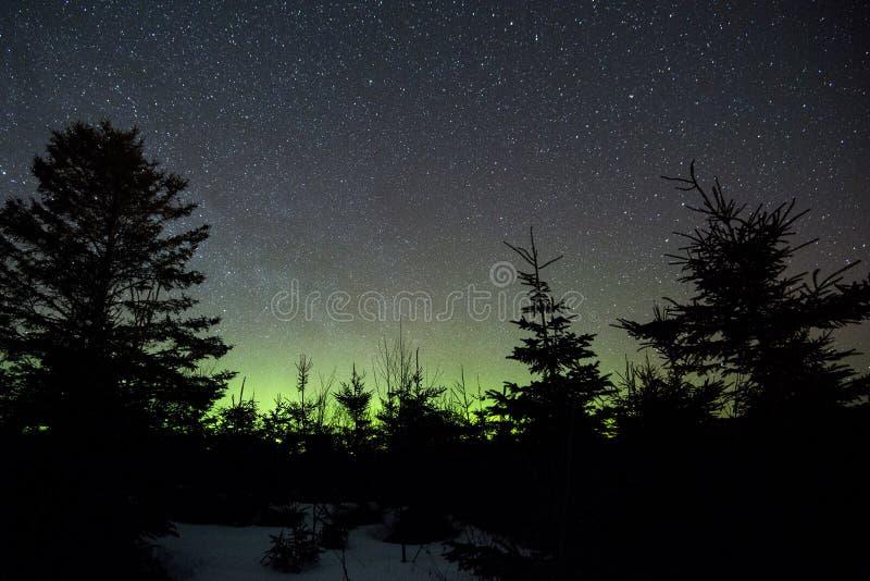 Natthimmel och norrsken i Perce arkivfoto