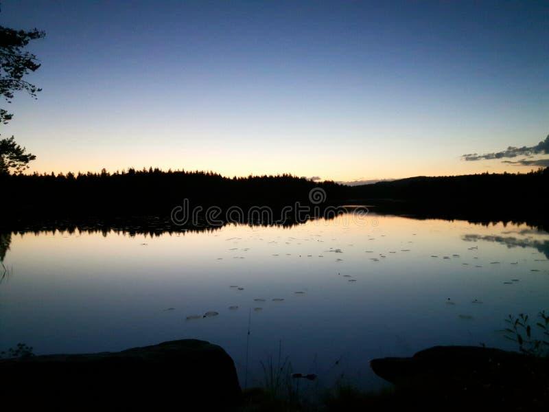 Natthimmel på en svensk sjö fotografering för bildbyråer