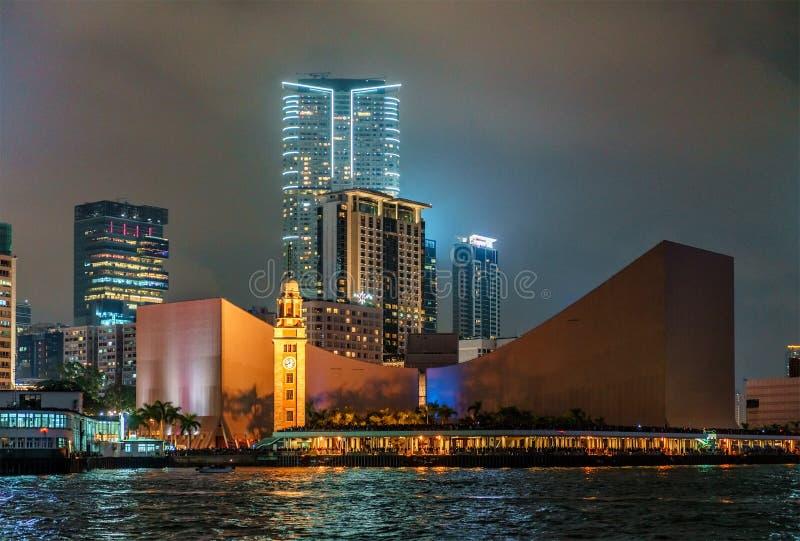 NattHong Kong cityscape Stadshorisontsikt av Hong Kong den kulturella mitten i Tsim Sha Tsui över Victoria Harbour royaltyfri foto