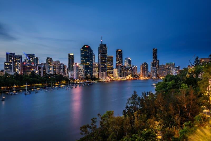 Natthorisont av den Brisbane staden och den Brisbane floden från kängurupunkt royaltyfri fotografi