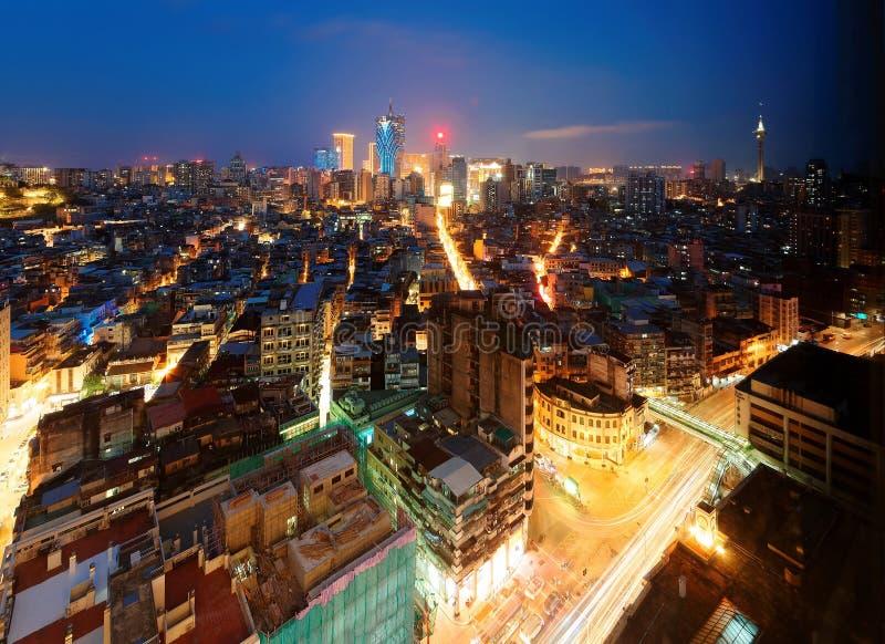 Natthorisont av den vibrerande Macao staden i blå skymning, med regel för gränsmärkeMacao torn & underhållningmitten arkivbild