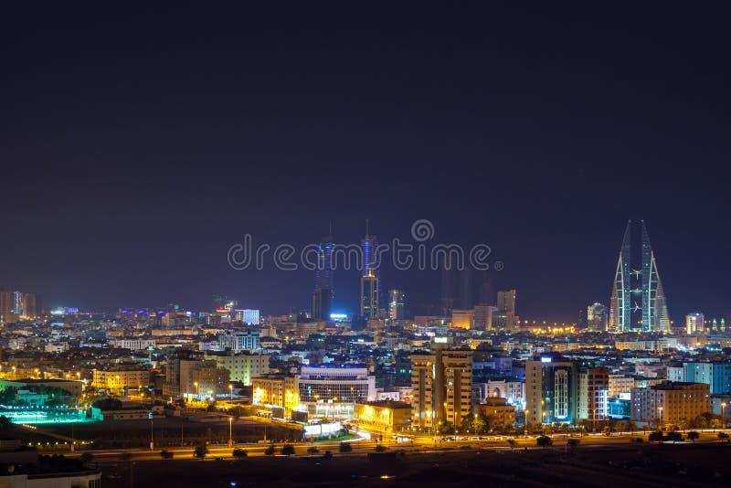 Natthorisont av Manama, huvudstaden av Bahrain fotografering för bildbyråer